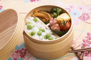 豆ご飯のお弁当の写真素材 [FYI04830290]