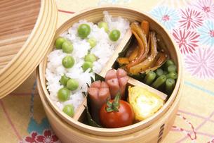 豆ご飯のお弁当の写真素材 [FYI04830292]