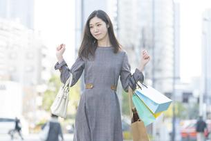 たくさんの買い物袋を抱える女性の写真素材 [FYI04830406]