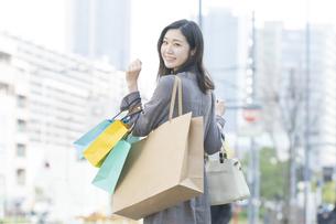 たくさんの買い物袋を抱える女性の写真素材 [FYI04830407]