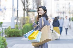 たくさんの買い物袋を抱える女性の写真素材 [FYI04830410]