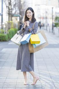 たくさんの買い物袋を抱える女性の写真素材 [FYI04830412]