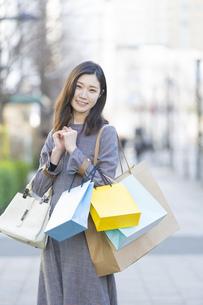 たくさんの買い物袋を抱える女性の写真素材 [FYI04830413]