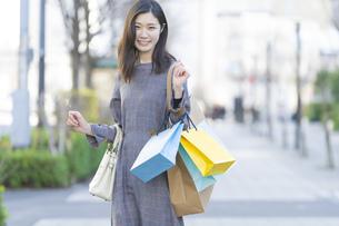 たくさんの買い物袋を抱える女性の写真素材 [FYI04830414]