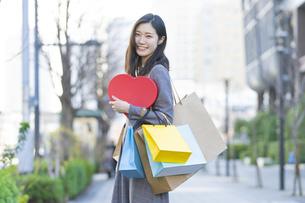たくさんの買い物袋を抱える女性の写真素材 [FYI04830416]