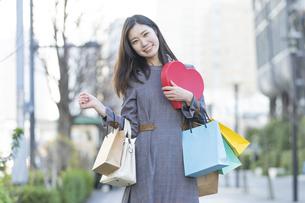 たくさんの買い物袋を抱える女性の写真素材 [FYI04830417]