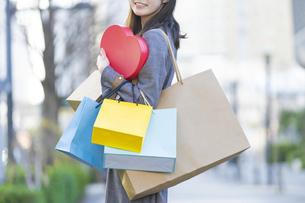 たくさんの買い物袋を抱える女性の写真素材 [FYI04830418]
