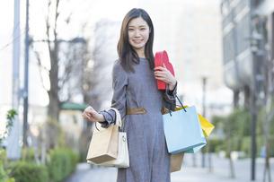 たくさんの買い物袋を抱える女性の写真素材 [FYI04830420]