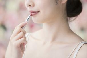 化粧(口紅)・女性・フラワー背景の写真素材 [FYI04830539]