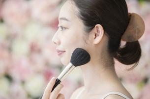 美容・化粧・ブラシ・女性の写真素材 [FYI04830550]