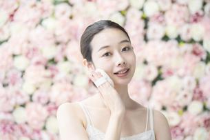 美容・化粧・パフ・女性の写真素材 [FYI04830555]