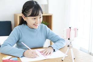 勉強する女の子の写真素材 [FYI04830787]