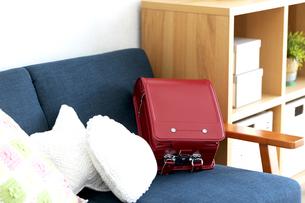 ソファーに置かれたランドセルの写真素材 [FYI04830834]