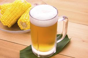 茹でとうもろこしとビールの写真素材 [FYI04830866]