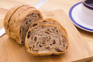 レーズンとクルミのライ麦パンの写真素材 [FYI04830877]