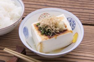 木綿豆腐で冷や奴の写真素材 [FYI04830883]