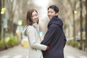 街を歩くカップルの写真素材 [FYI04831098]
