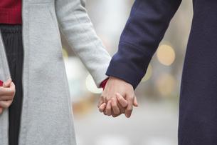 街を歩くカップルの写真素材 [FYI04831100]