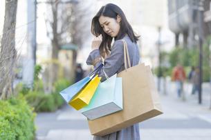 買い物しすぎて後悔する女性の写真素材 [FYI04831169]