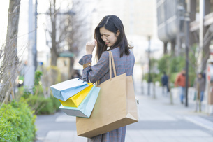 買い物しすぎて後悔する女性の写真素材 [FYI04831170]