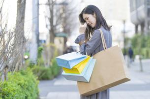 買い物しすぎて後悔する女性の写真素材 [FYI04831171]