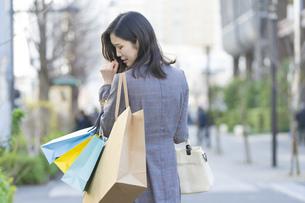 買い物しすぎて後悔する女性の写真素材 [FYI04831172]