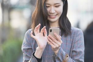 スマートフォンを使う女性の写真素材 [FYI04831189]