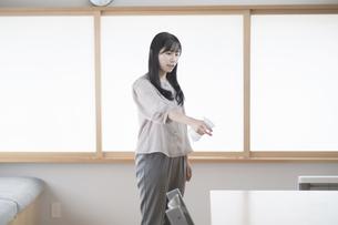 スプレーで部屋を消毒・殺菌する女性の写真素材 [FYI04831254]