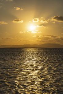 海を照らす夕日の写真素材 [FYI04831328]