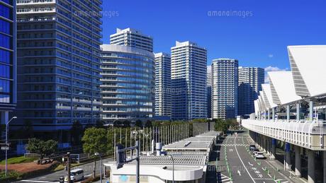 クイーンモール橋からパシフィコ横浜と横浜みなとみらい地区の高層マンション群の写真素材 [FYI04831331]