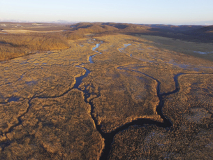 空撮・初冬のコッタロ湿原(北海道・標茶町)の写真素材 [FYI04831412]