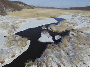 空撮・冬のコッタロ湿原(北海道・標茶町)の写真素材 [FYI04831421]
