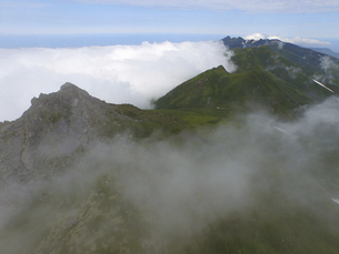 空撮・雲海と羅臼岳(北海道・知床)の写真素材 [FYI04831451]