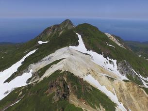 空撮・コケシ岩から硫黄山を望む(北海道・知床)の写真素材 [FYI04831457]