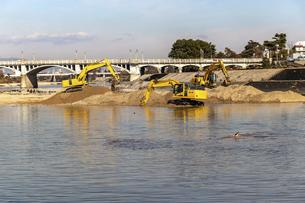 複数の油圧ショベルを用いた大規模な河川工事の写真素材 [FYI04831562]