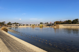 兵庫・武庫川の河川敷と工事用の建設機械の写真素材 [FYI04831563]