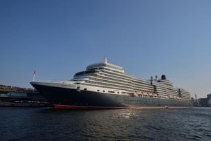 大桟橋の超豪華客船の写真素材 [FYI04831584]