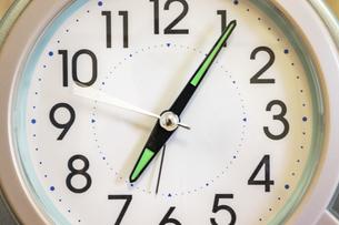 置き時計の文字盤と針の写真素材 [FYI04831722]