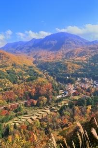秋山郷の紅葉と苗場山の写真素材 [FYI04831815]
