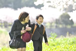 母親と一緒に微笑む小学一年生の男の子の写真素材 [FYI04831908]