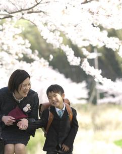 小学一年生の男の子と母親の写真素材 [FYI04831912]