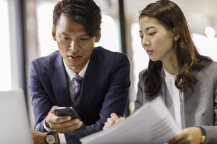 会議中のビジネス男女の写真素材 [FYI04831970]
