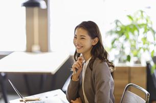 笑顔のビジネスウーマンの写真素材 [FYI04831983]