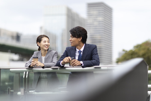 休憩中のビジネス男女の写真素材 [FYI04831997]