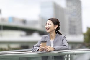 笑顔のビジネス女性の写真素材 [FYI04831999]