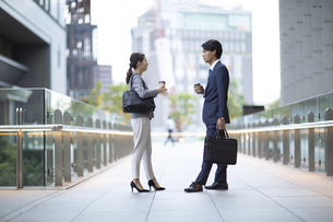 向き合うビジネス男女の写真素材 [FYI04832002]