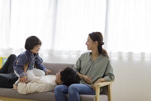 リビングでくつろぐ日本人家族の写真素材 [FYI04832008]