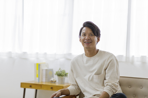 笑顔の日本人男性の写真素材 [FYI04832024]