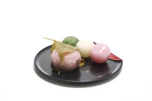 白背景の桜餅と三色団子の写真素材 [FYI04832165]
