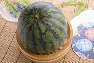 桶で冷やす西瓜の写真素材 [FYI04832281]